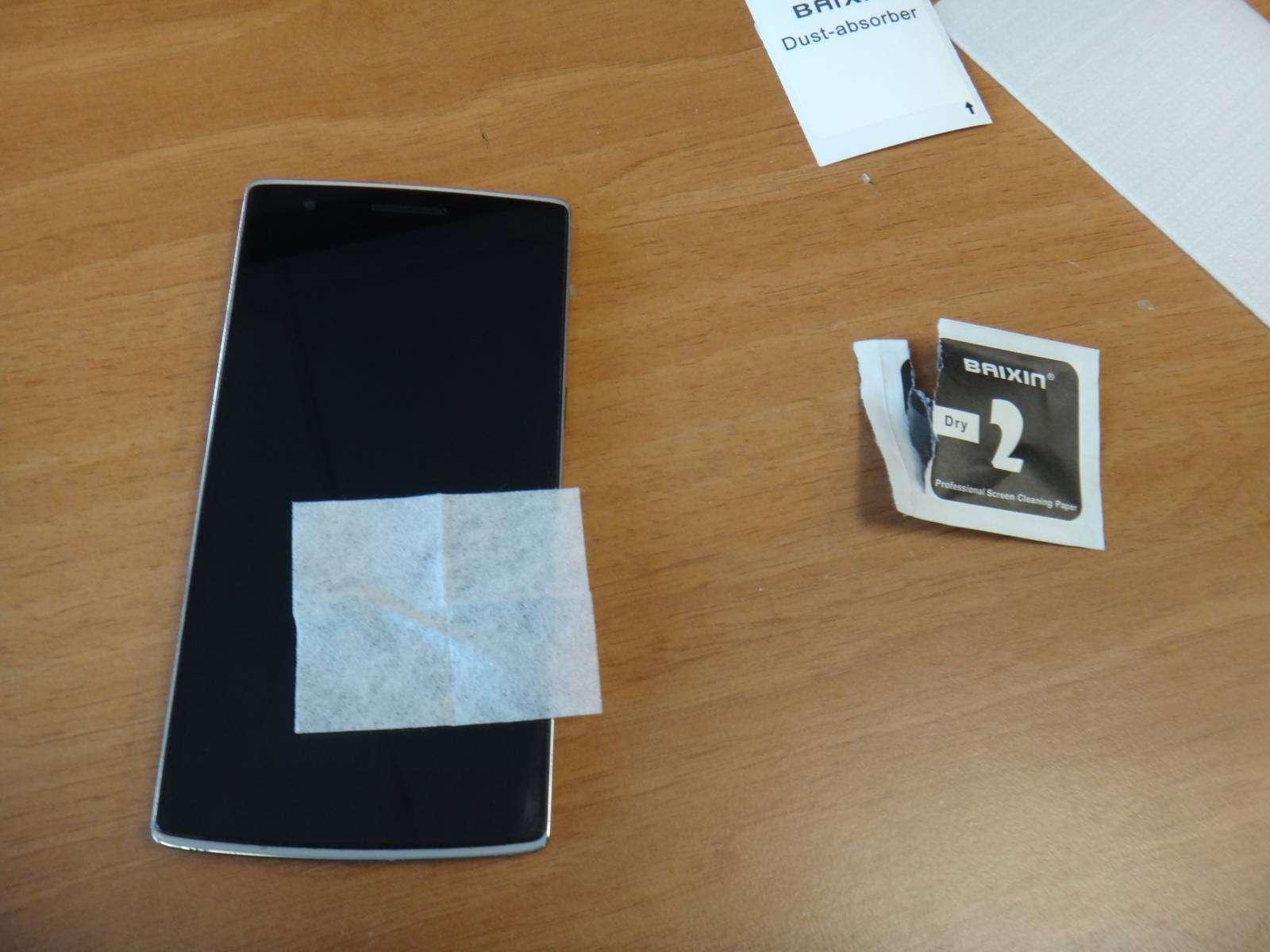 Aliexpress: Лайфхак - как наклеить защитное стекло на смартфон быстро и без проблем