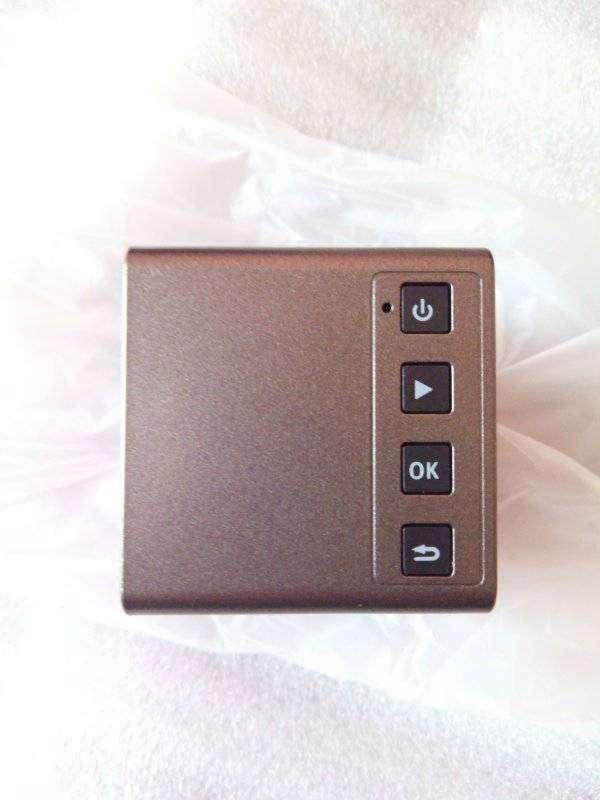 Другие - Китай: DLP проектор-проигрыватель P1 размером с две пачки спичек