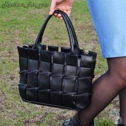 Женская сумка черного цвета с брелком-игрушкой 'мягким медвежонком'