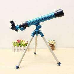Луна в объективе телескопа.