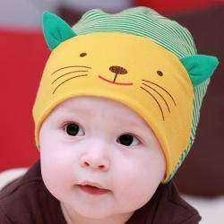 Детская шапочка в полоску с «котом» оказалось мала…